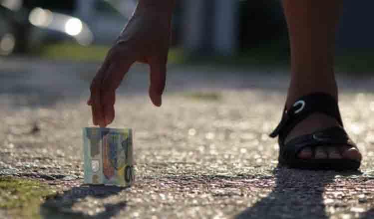 De ce NU este bine să atingeți banii găsiți pe stradă!