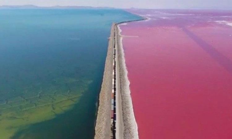 Un fenomen ciudat face ca apa să aibă două culori diferite, pe cele două părți ale căilor ferate