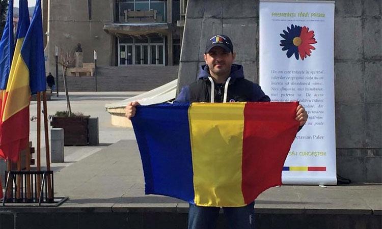 De patru ani de zile, acest tânăr din Iași construiește case pentru copiii sărmani.