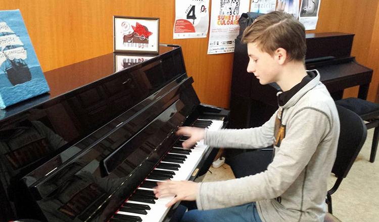 Rămas orfan de mic, un puști din România este cel mai bun pianist din lume