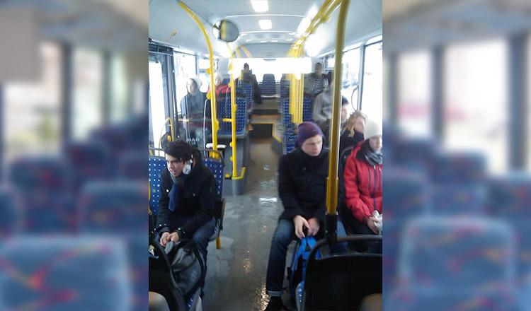 Povestea unui tânăr din Ploiești, a uimit o țară întreagă! A fost umilit efectiv, după ce a cedat locul, în autobuz, unei femei în vârstă…
