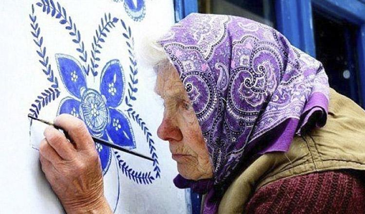 Bătrâna de 90 de ani care a transformat satul într-o galerie de artă… Iată ce picturi impresionante face!