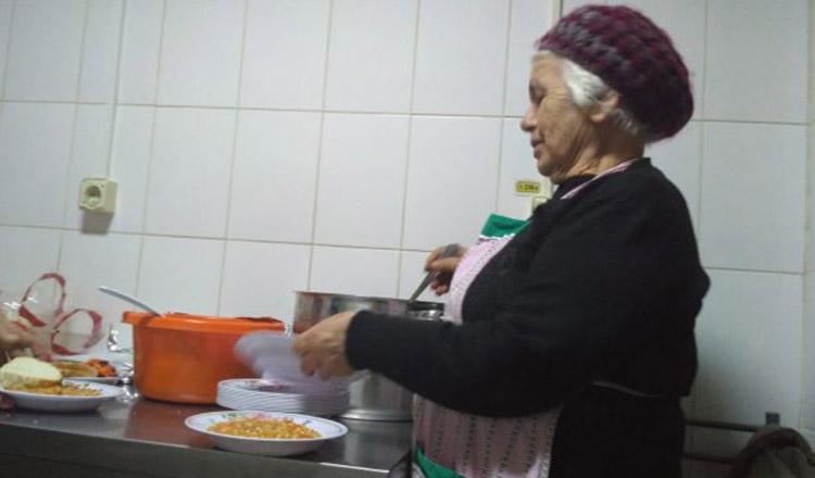 """La 80 de ani, o fostă asistentă gătește săptămânal pentru oamenii străzii. Viața de poveste a unui om simplu, pentru care """"nu pot"""" nu există"""