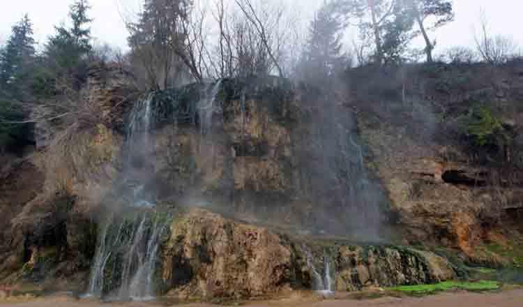 Cascada din România unde curge apă termală ce își schimbă mereu culoarea. Este unică în Europa!