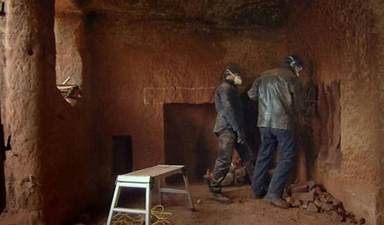 A cumpărat o pivniță veche de 700 de ani. Ce a făcut din ea, te lasă fără cuvinte!