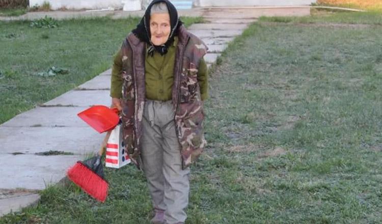 La 83 de ani lucrează ca femeie de serviciu la grădiniță, Tanti Sofia nu se ferește de muncă
