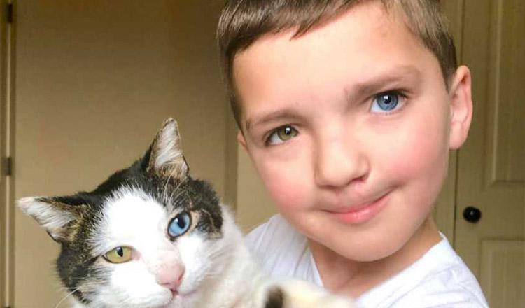 """Un băiețel """"diferit"""" adoptă o pisicuță la fel de """"diferită"""""""