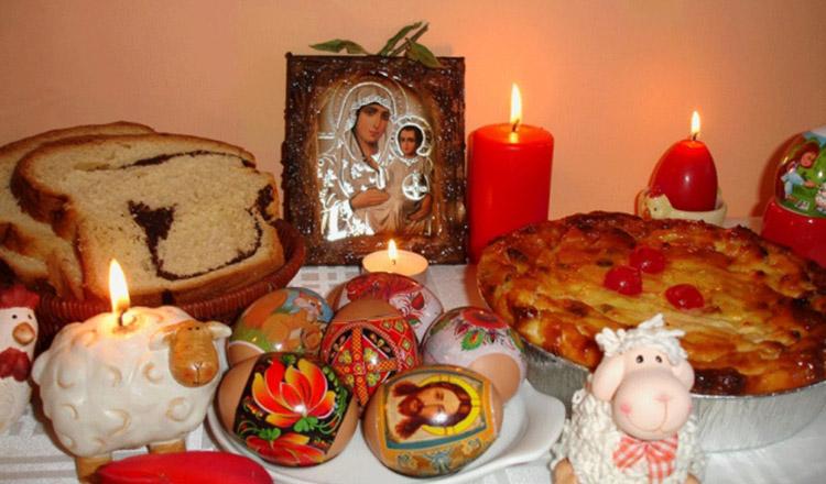 Lumânările din noaptea de Înviere sunt cele mai indicate ornamente pentru masa de Paște