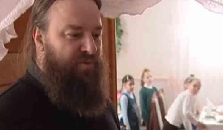Tată pentru 400 de copii – Părintele Mihail Jar de la Mănăstirea Bănceni, Bucovina