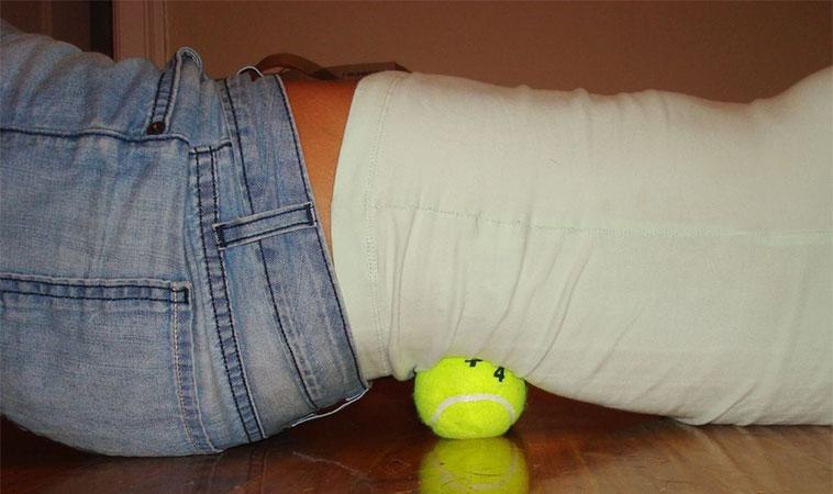 Cum scapi de durerile sciatice cu o minge de tenis