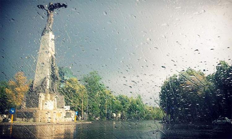Vremea se schimbă radical. Ploi torențiale, vijelii și temperaturi scăzute până miercuri dimineața