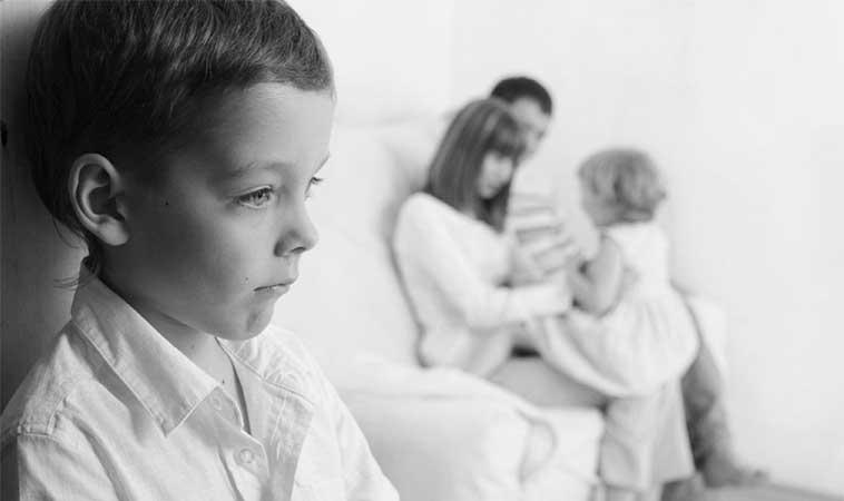 7 simptome ale sindromului copilului singur la părinți și cum afectează asta, adultul